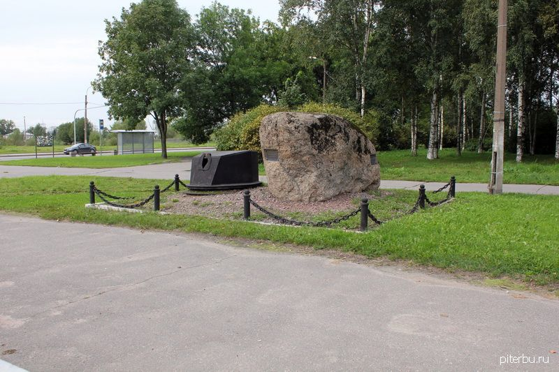 Памятный знак «Броневщикам Ижорских заводов» в Колпине на перекрестке ул. Танкистов и Пролетарской