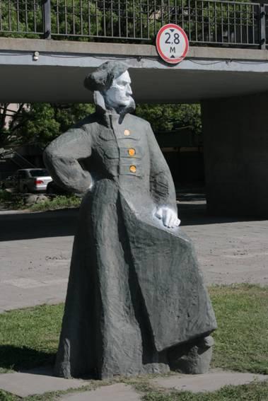 Памятник «Комиссар Артем» на Свердловской набережной Петербурга