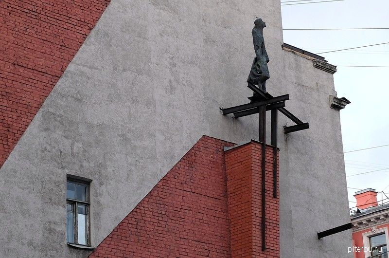 Памятник женщинам-воинам Ленинградского фронта (МПВО) в Петербурге на Кронверской ул. 12