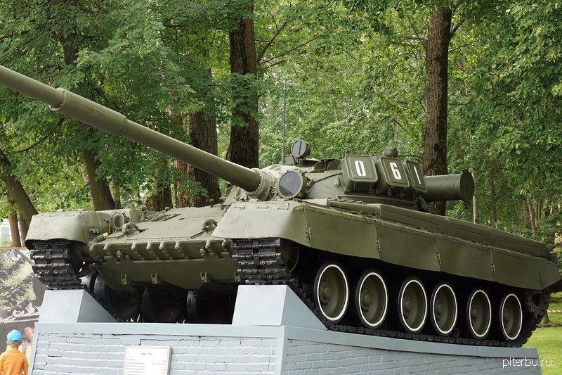 Памятник танку Т-80 в Петербурге на Нефтяной дороге дом За