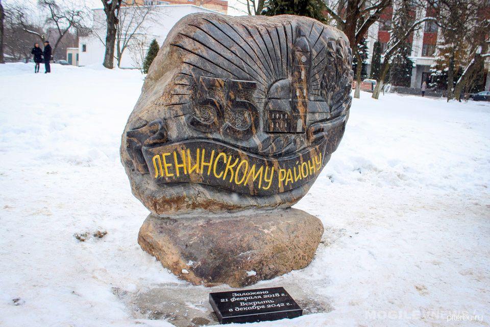 Памятник 55-летию поселка Молодежное в Сестрорецке (ул. Правды, д. 3)