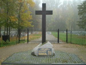 Памятный православный крест в Петербурге на Чесменском кладбище