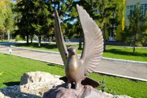 Памятный знак «Голубь мира» в Петербурге на Московском вокзае