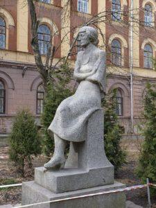 Памятник А.А.Ахматовой в Петербурге на ул. Восстания