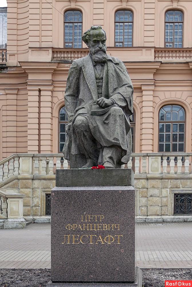 Памятник П.Ф.Лесгафту. в Петербурге