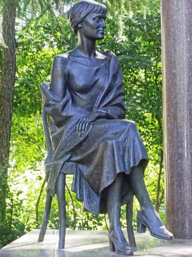 Статуя А.А.Ахматовой в Петербурге