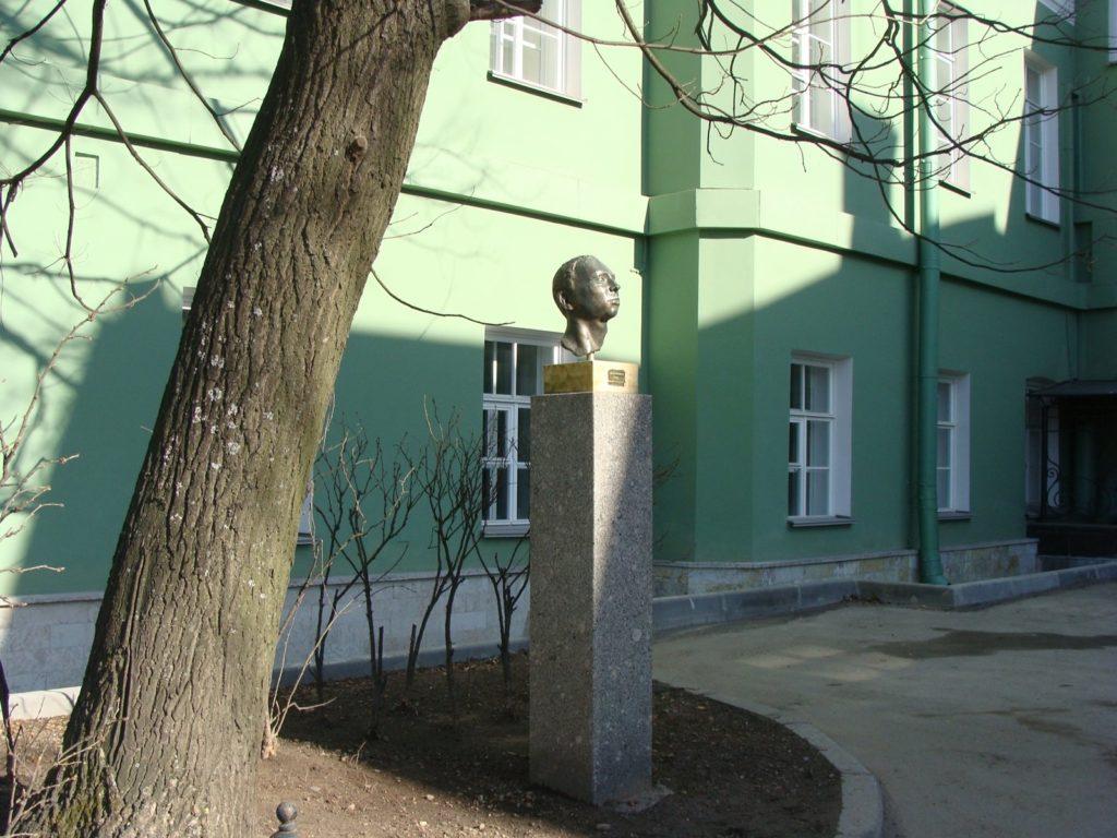 Бюст М.Эрнандеса в Петербурге