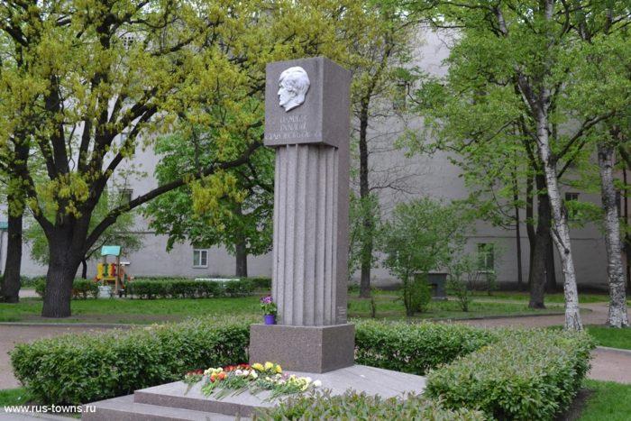 Памятник Г.В.Старовойтовой в Петербурге