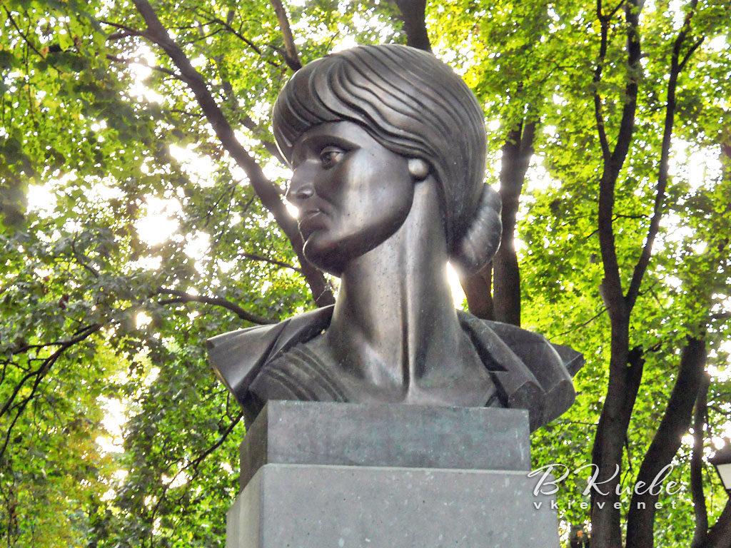 Памятник А.А. Ахматовой в Петербурге