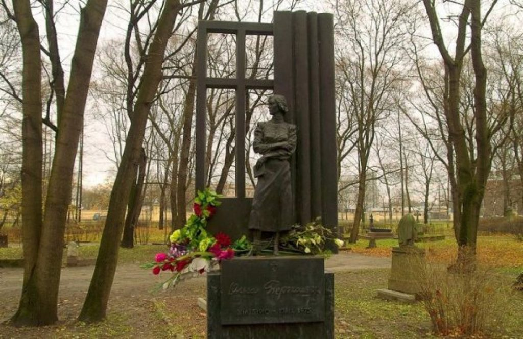 Памятник О.Ф.Берггольц в Петербурге