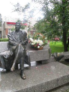 Памятник М.М.Зощенко в Петербурге на ул. Токарева