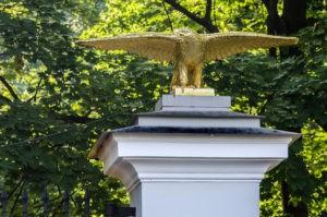 Памятник «Большие орлы» в Петербурге в саду Аничкова дворца