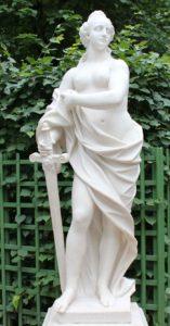 Скульптура «Правосудие» в Петербурге в Летнем саду
