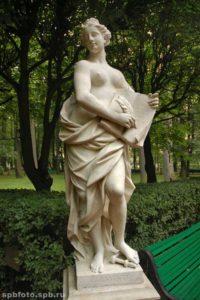 Скульптора «Милосердие» в Петербурге в Летнем саду