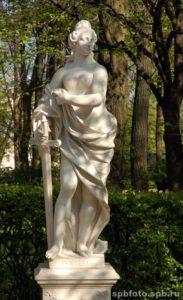 Скульптора «Правосудие» в Петербурге в Летнем саду