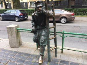 Скульптура «Фонарщик» в Петербурге на Одесской ул.