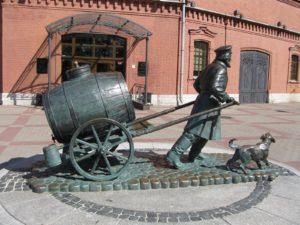 Скульптура «Петербургский водовоз» в Петербурге на Шпалерной ул.