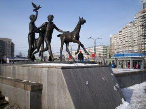 Скульптура «Бегущие дети» («Пионеры») в Петербурге около ст. метро «Пионерская»