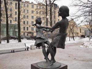 Скульптура «Танцующие девочки» («Счастливое детство») в Петербурге на Каменноостровском пр.