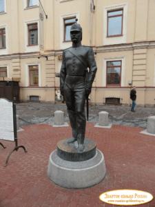 Скульптура «Городовой» в Петербурге на Малой Конюшенной ул.