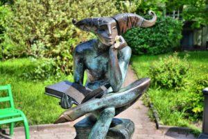 Скульптура «Размышление о Маленьком принце» в Петербурге на Университетской набережной
