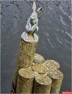Скульптора «Зайчик, спасшийся от наводнения» в Петербурге у Иоанновского моста