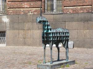 Скульптора «Единорог» в Петербурге на площади Лабиринта