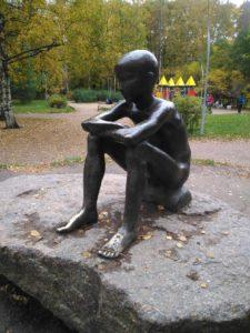Статуя «Память о детстве» в Петербурге у Серебряного пруда