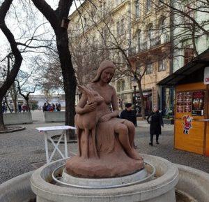 Скульптура «Девочка и лань» в Петербурге