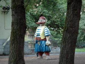Скульптора «Бармалей» в Петербурге на ул. Плуталова