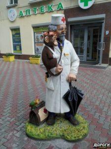 Скульптура «Доктор Айболит» в Петербурге на ул. Ленина