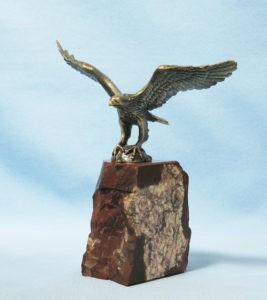 Скульптура «Горный орел, похищающий ребенка» в Петербурге в Александровском парке