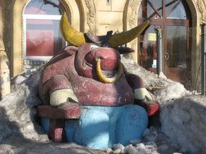 Скульптура «Бык» в Петербурге на Приморском проспекте