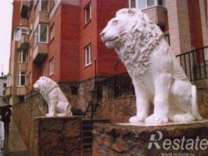 Скульптура «Львы» в Петербурге на ул. Танкиста Хрустицкого