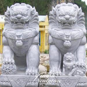 Скульптура «Лев» и «Львица» в Петербурге в «Саду дружбы»