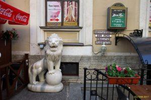 Скульптура «Львы» в Петербурге у вьетнамского кафе «Меконг»