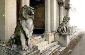 Скульптура «Львы» в Петербурге у клуба «Талион» и «Елисеев Палас отель»