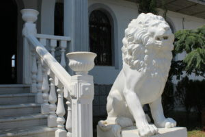 Скульптура «Львы» в Петербурге у кафе «У камина»