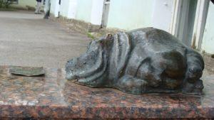 Скульптура «Бегемот» в Петербурге на Университетской наб.