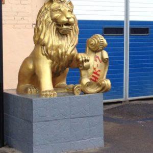 Скульптура «Львы» в Петербурге на ул. Латышских Стрелков