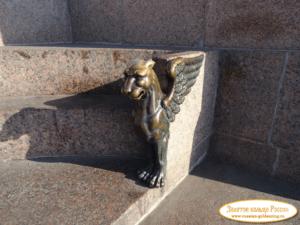 Скульптура «Грифоны» в Петербурге у show-hall «Атмосфера»