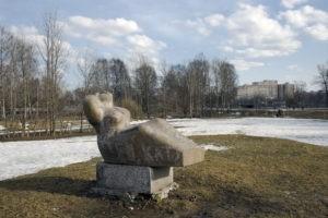 Скульптура «Земля» в Петербурге в Муринском парке