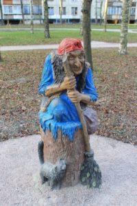 Скульптура «Баба-Яга в ступе» в Петербурге на ул. Кораблестроителей