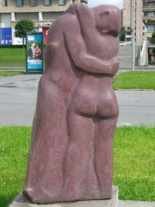 Скульптура «Двое» в Петербурге на Охте