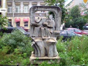 Скульптура «Семья» в Петербурге на 7-й Красноармейской ул.