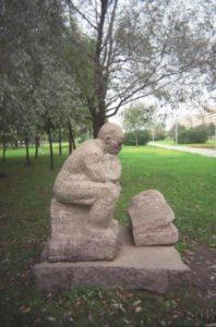 Скульптура «Поверженный» в Петербурге на ул. Турку