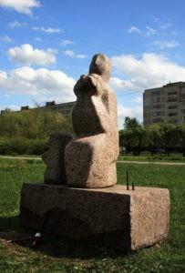 Скульптура «Садовница» В Петербурге на ул. Турку