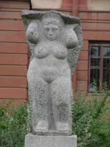 Скульптура «Кариатида» в Петербурге на Тульской ул.