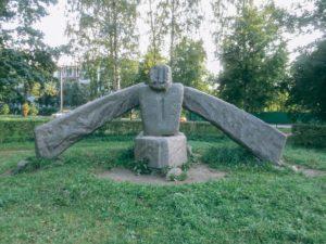 Скульптура «Каменный гребец» в Петербурге у Среднего Суздальского озера