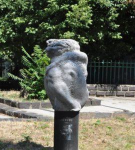 Скульптура «Земля» в Петербурге Морская улице